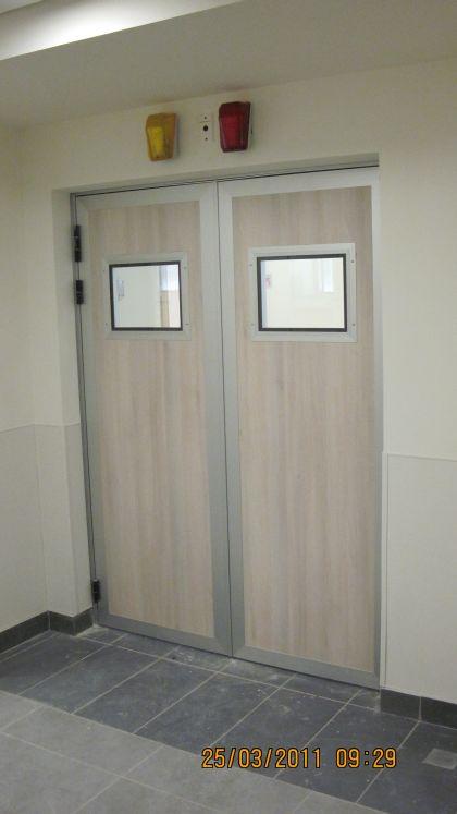 דלתות רנטגן עם חלון זכוכית