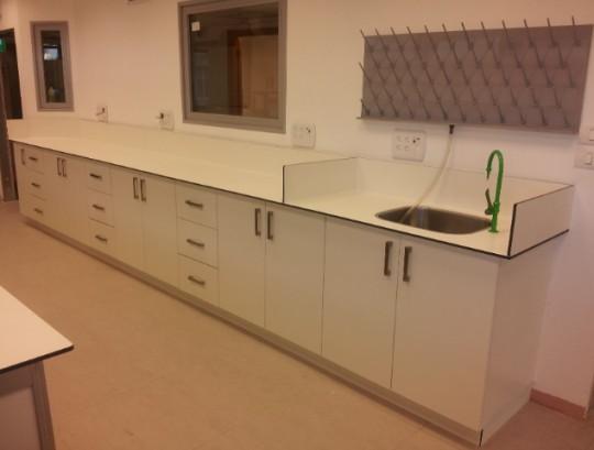 ארונות למעבדה עם משטח HPL בשילוב כיור נירוסטה ברז מים מזוקקים ומתקן ייבוש פוליפרופילן