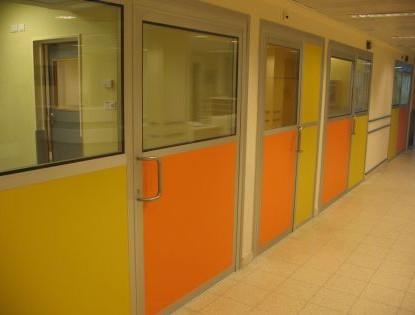 דלתות לחדר בידוד בתצורה חצי שקופה
