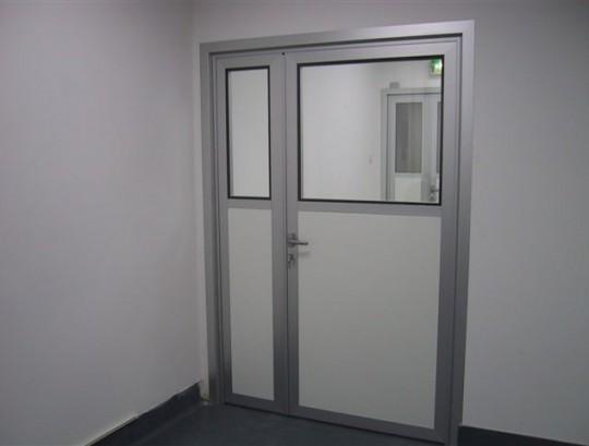 דלת אטומה ודלת חצי שקופה