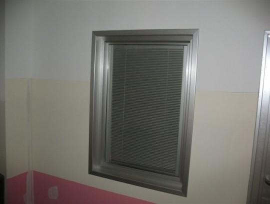חלון עם תריס פנימי