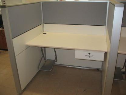עמדת עבודה הכוללת מחיצה בצורת ח כולל משטח שולחני צף מגירה וכונן למחשב בצורת Z