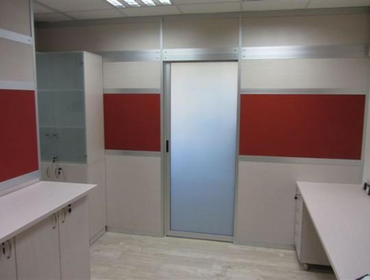 מחיצות רצפה תקרה בשילוב דלת הזזה בחיפוי זכוכית חלבית