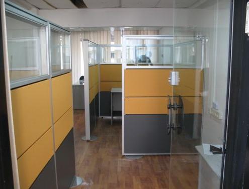 מחיצות בגובה 180 סמ חלק עליון זכוכית כולל משקולות שטוחות.