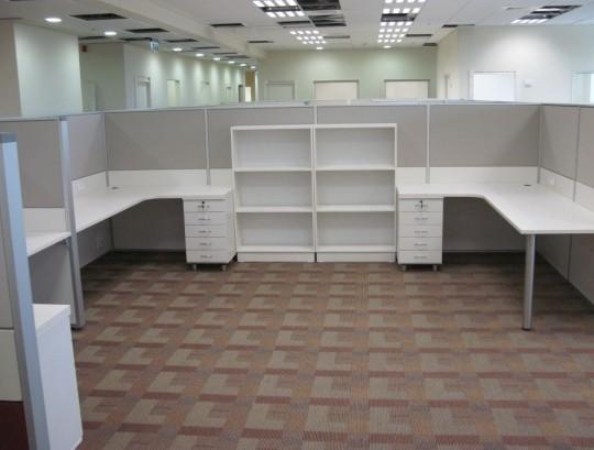 מחיצות למשרדי חברת הנדסה הכוללים משטחי שולחן ארגונומיים רחבים וכונניות לקלסרים