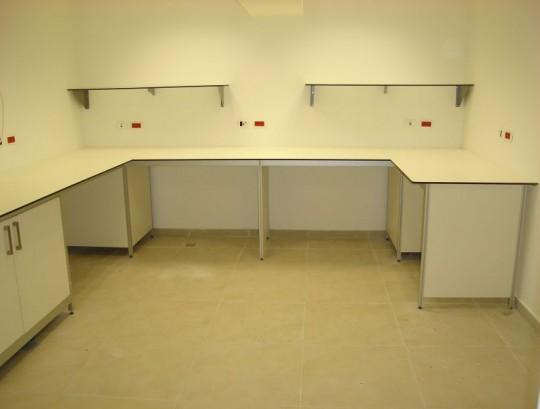 משטחי HPL בעובי 12 ממ למעבדות ובתי חולים.