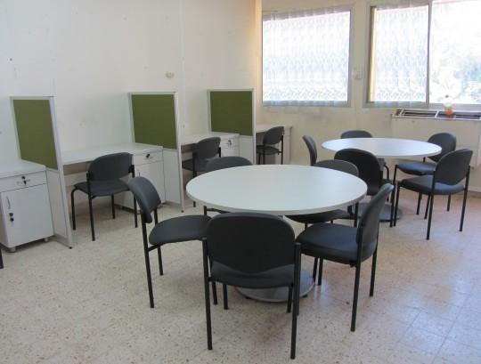 עמדות שהייה בחדר מורים בתוספת שולחנות עגולים.