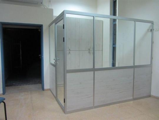 מחיצות לסגירת אשנב קבלה בגובה 205 סמ כולל דלת ונעילה