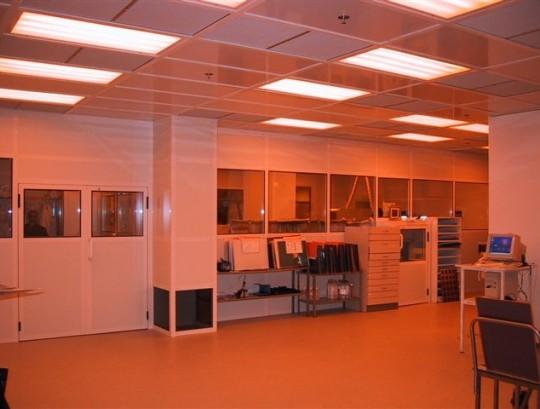 חדר נקי במפעל לייצור מעגלים מודפסים