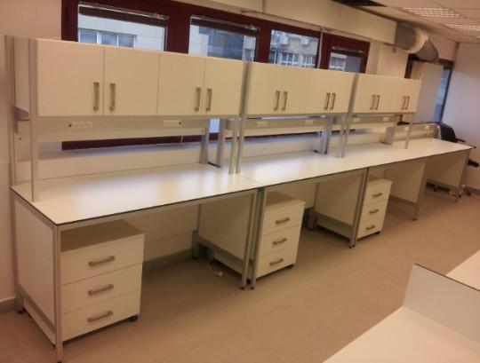 עמדות עבודה וריהוט למעבדה כימית
