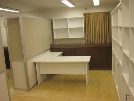 מחיצות למשרדים בחיפוי אקוסטי ובשילוב ריהוט משרדי תואם