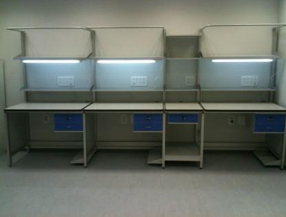 שולחן למעבדת אלקטרוניקה כולל משטח מפורמייקה אנטיסטית מדפים, מגירות ותאורה.