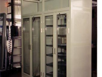 ארון למעבדה עם דלתות ציר מזכוכית