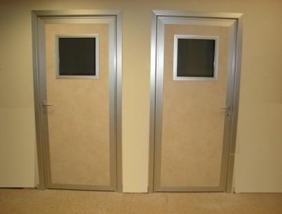 דלתות בזיגוג בודד כולל צוהר זכוכית בטחון