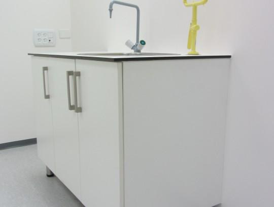 עמדת כיור ומשטפת עיניים במעבדה