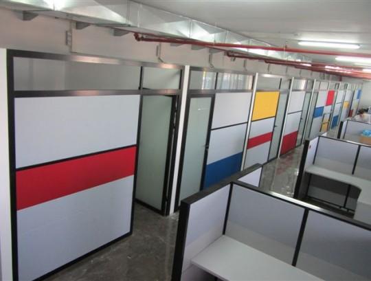 מחיצות לסגירת משרד בגובה 240 סמ בשילוב פנלים צבעונים וזכוכית חלבית