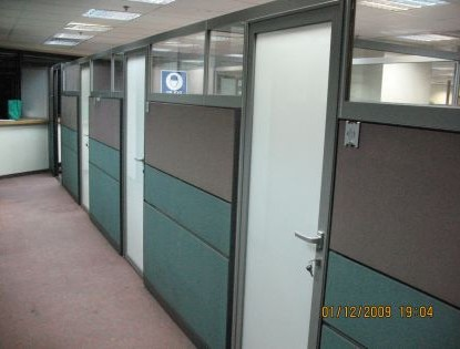 הגבהת מחיצות קיימות בחלק עליון זכוכית עד לתקרה
