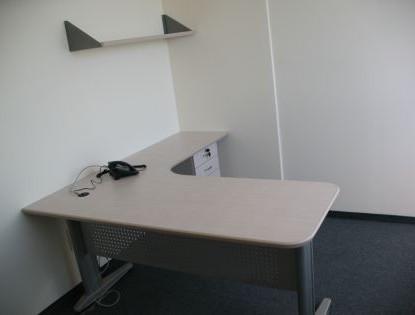 עמדת עבודה הכוללת שולחן ארגונומי כולל רגלי מתכת סינר ארגז מגירות תומך ומדף.