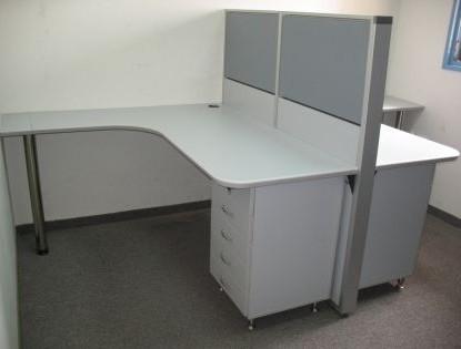 מחיצה יוצאת מקיר כוללת שולחן ארגונומי וארגז מגירות תומך