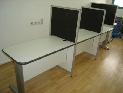 עמדות קבלת קהל כולל משטחים לבנים בגימור קנט ננעץ אפור בהתאמה לבד במחיצה.