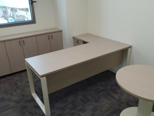חדר מנהל הכולל שולחן ארגונומי ארגז מגירות תומך , ארון לקלסרים ושולחן עגול לאורחים.