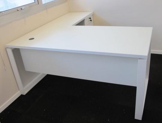 שולחן הכולל חבצלת וסינר עץ