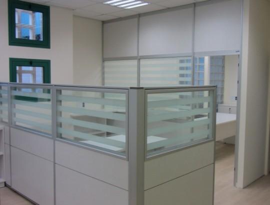 מחיצות אופן ספייס ומחיצות לסגירת משרדים בשילוב זכוכית פסים בחלק העליון