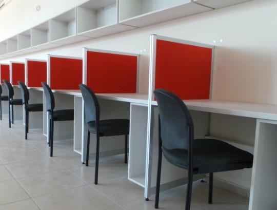 מחיצות דגם סימה בהיקף החדר כולל משטחים וכונניות תלויות על קיר