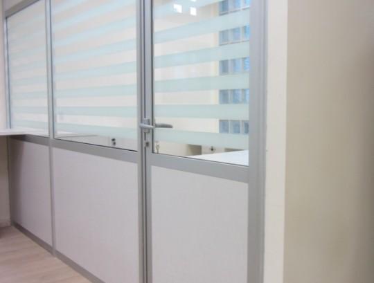 מחיצות רצפה תקרה לסגירת משרד חלק אמצעי זכוכית טריפלקס בהתזת חול פסים