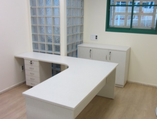 שולחן ארגונומי כולל רגלי עץ ,סינר עץ וארגז מגירות תומך.