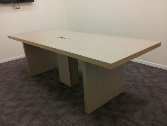 שולחן ישיבות כולל אביזר חשמל ורגל להעברת כבלי חשמל ותקשורת מהרצפה.