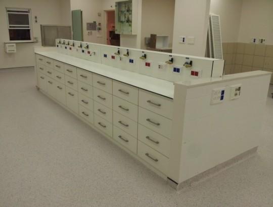 ריהוט למעבדה כימית כולל משטחי HPL ותעלה למעבר ויציאות חשמל.