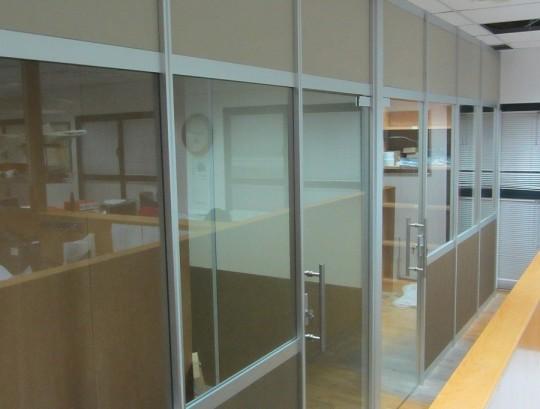 """סגירת משרד עם מחיצות בעובי 3 ס""""מ כולל דלתות זכוכית"""