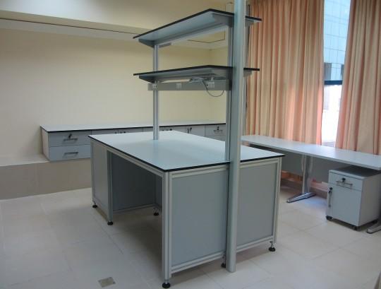 """שולחן מעבדה פרופיל 50/50 משטח HPL עובי 19 מ""""מ כולל תעלת חשמל וריהוט."""