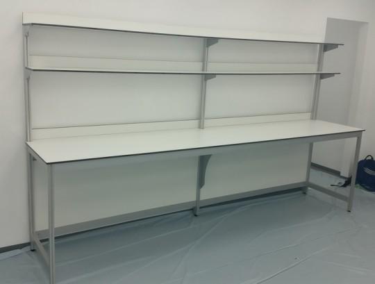 שולחן מעבדה כפול עם רגל חיזוק אמצעית המאפשרת מעבר כיסא לאורך השולחן