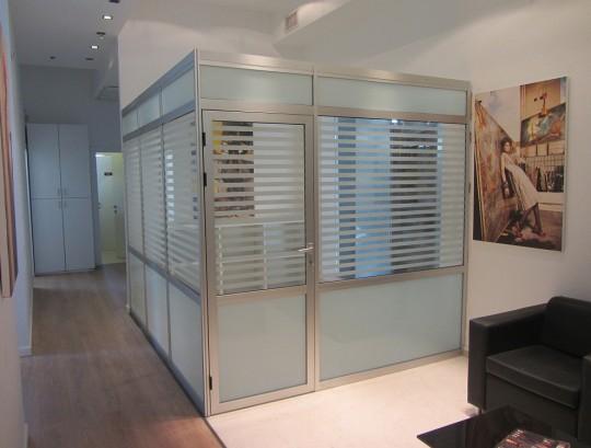 סגירת חדר מנהל מחיצות אלומיניום במילוי זכוכית חלבית וזכוכית פסים.