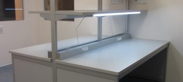 שולחן מעבדה דו צדדי משטח אנטיסטטי כולל תאורה ופס שקעים