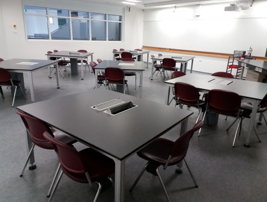 """שולחנות לכיתת מעבדה שלד אלומיניום פרופיל 50/50 משטח עליון טופ לאב טרספה בעובי 20 מ""""מ"""