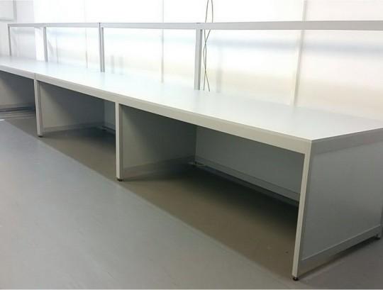 שולחן מעבדה כולל משטח פורמייקה אנטיסטטית אלומיניום בגוון  9006 RAL