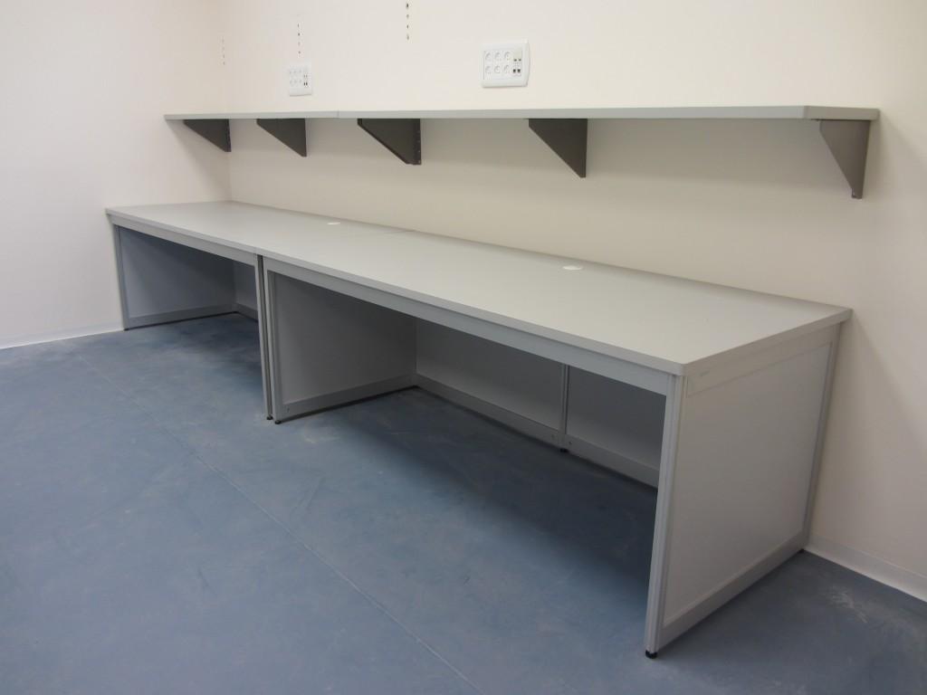 שולחן בהיקף חדר