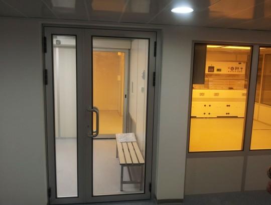 דלת דו כנפית לחדר נקי שלד אלומיניום מילוי זכוכית שקופה ללא חלוקות.