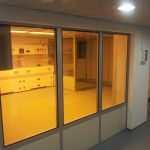 קיר לחדר נקי בשילוב זכוכית לצורך צפייה.