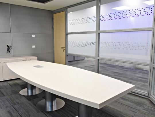 שולחן לחדר ישיבות כולל אביזר חשמל שקוע.