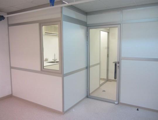 סגירת חדרי בדיקות בבית חולים מחיצות רצפה תקרה שלד במילוי HPL