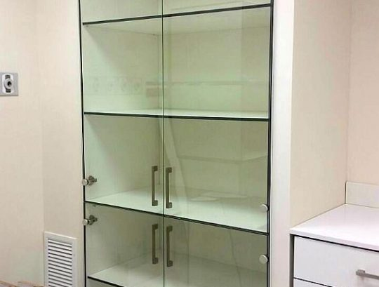 ארונות HPL למעבדה, דלתות זכוכית מחוסמת שקופה.