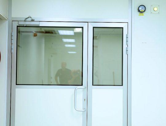 דלת דו כנפית אטומה לחדר נקי