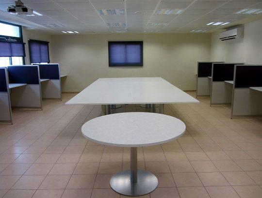 עמדות שהייה ושולחן ישיבות בחדר מורים
