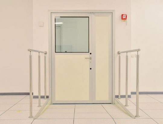 דלת דו כנפית במילוי כפול חלק משני צידי החדר הנקי.