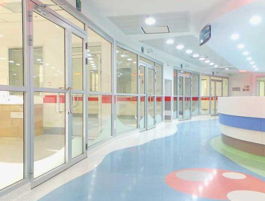 חזיתות ודלתות למחלקת ילדים בבית חולים - פרופילים רינות 5000 במילוי זכוכיות עם התזת חול.