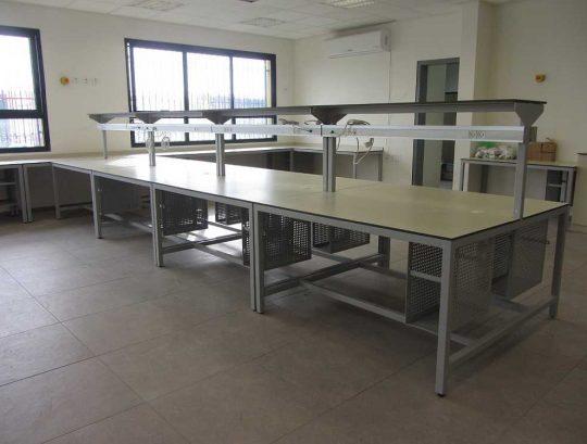 שולחנות מעבדה רגלי ברזל משטחי HPL.